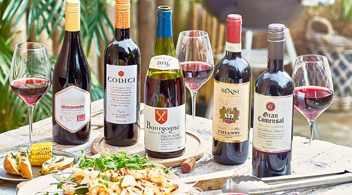 Rode wijn op tafel